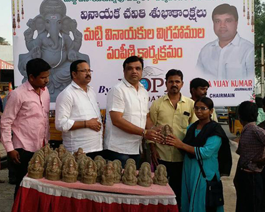 Distribution of eco friendly Ganesh idols… Konda Vijay Kumar